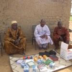 Distribution du matériel. Au centre, Mamadou.